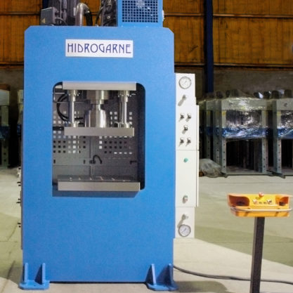 Special motorized hydraulic press with a solid-arch monoblock for stamping works