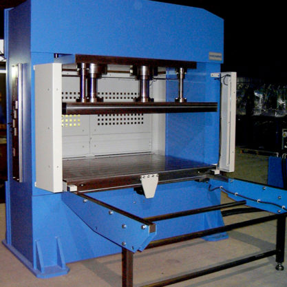 Motorized hydraulic press with double stanchions and fixed bed for vulcanizing