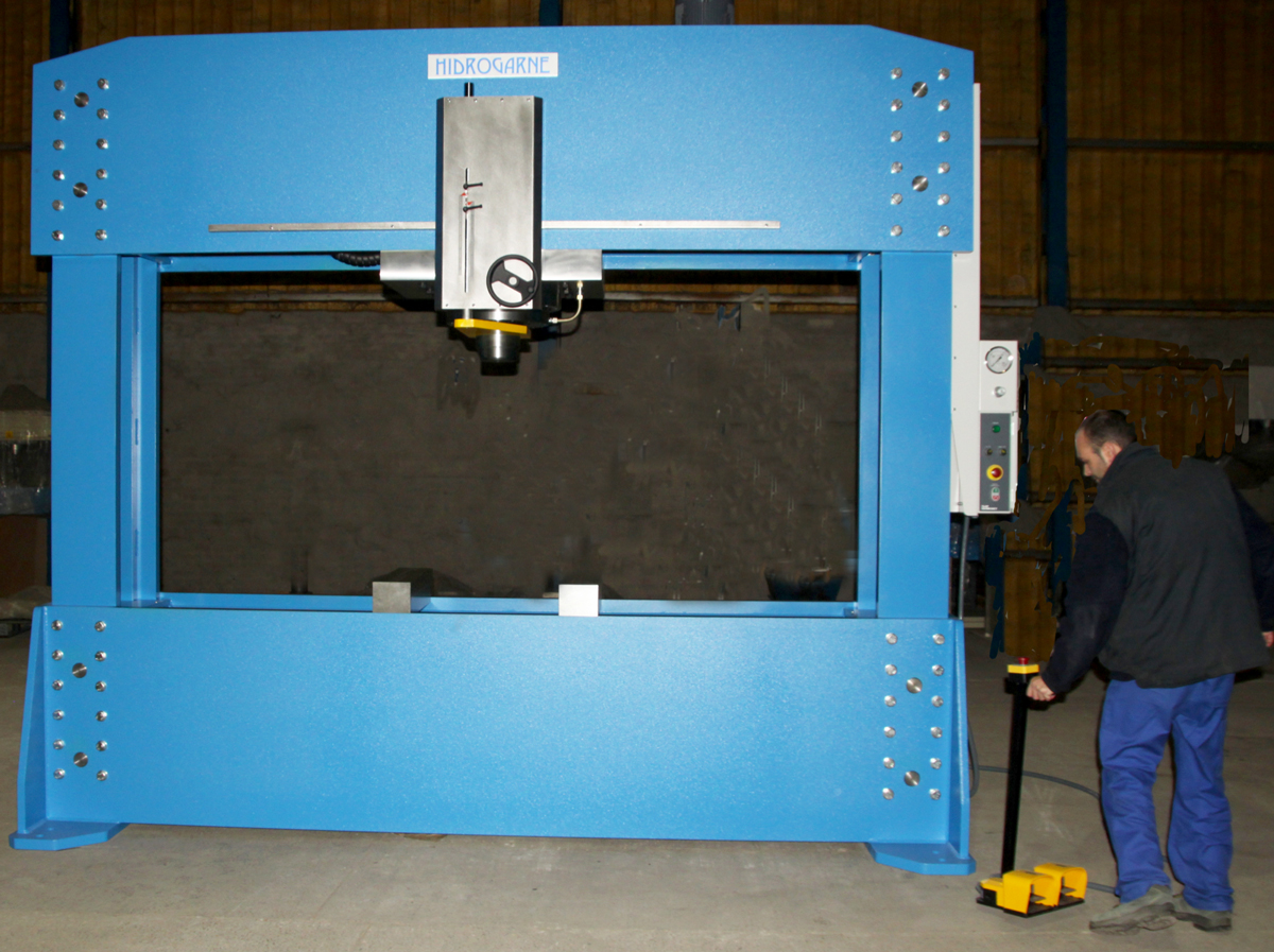 Special HIDROGARNE hydraulic press FLV-300 E model with double stanchions for shipyards