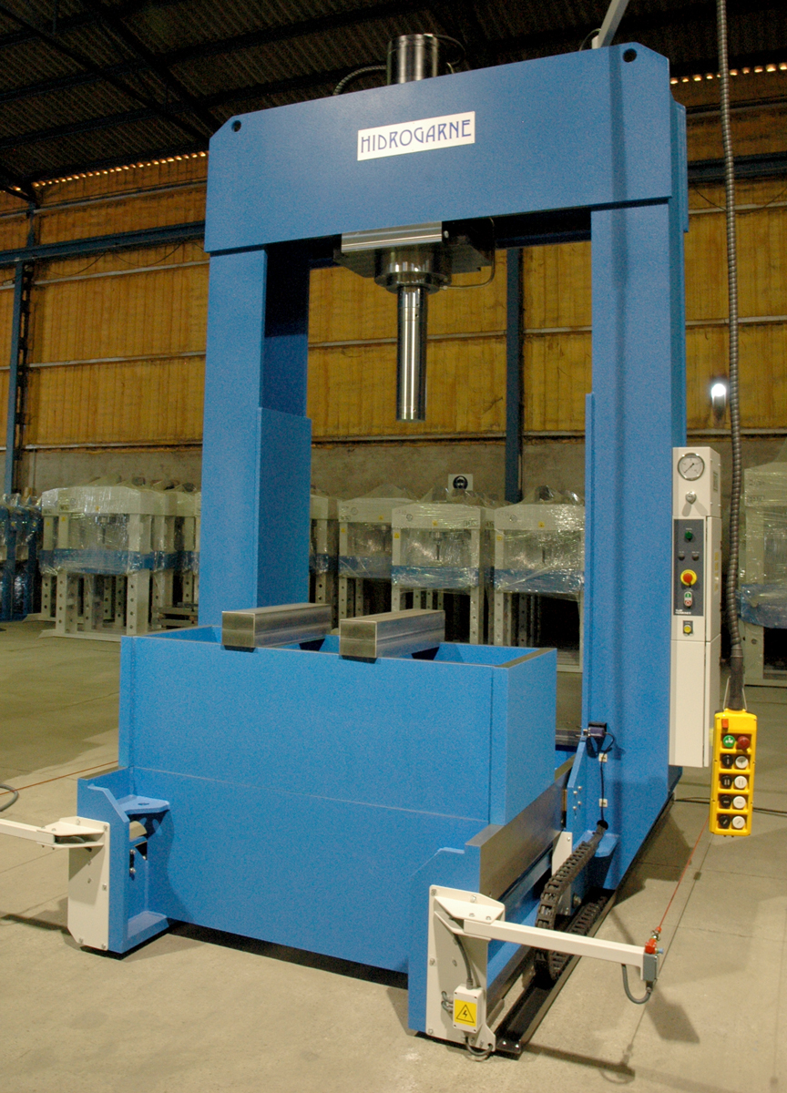 Special motorized hydraulic press with sliding frame and moveable head for stacking up rotors and stators
