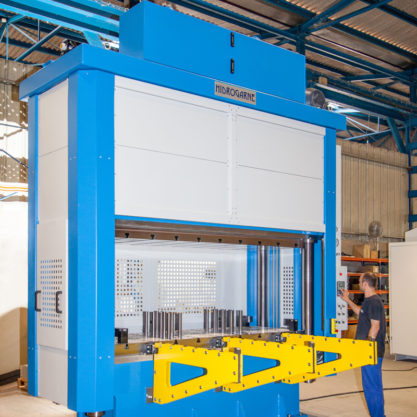 Special 4-cylindrical-column motorized hydraulic press to perform work involving deep-drawing
