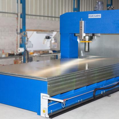Prensa hidráulica diseñada para el enderezado de estructuras electrosoldadas y chapas oxicortadas